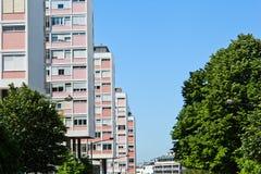 公寓楼在城市 免版税库存图片
