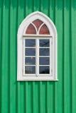 有窗口的老绿色木墙壁 库存照片