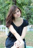 一个年轻美丽的女孩的画象在公园 免版税库存图片