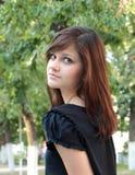 一个年轻美丽的女孩的画象在公园 库存图片