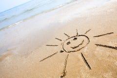 在海滩的兴高采烈的太阳 图库摄影