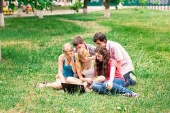 小组愉快的微笑的少年学生学院外 免版税库存图片