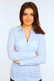 蓝色衬衣的愉快的年轻女商人 免版税库存照片