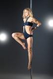 年轻性感的妇女锻炼杆舞蹈 库存图片