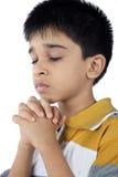 印地安男孩祈祷 免版税图库摄影