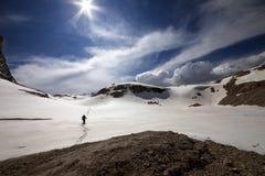 雪高原的远足者 免版税库存图片