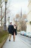 走在巴黎的愉快的夫妇 免版税库存图片