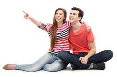 年轻夫妇指向 库存照片