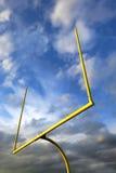橄榄球在剧烈的天空的目标岗位 免版税库存图片