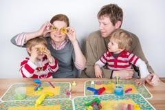Ευτυχής οικογένεια τεσσάρων που έχουν τη διασκέδαση στο σπίτι Στοκ φωτογραφία με δικαίωμα ελεύθερης χρήσης