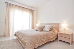 现代卧室。 免版税库存照片