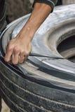 越南-在破旧的卡车轮胎外面的切口橡胶丝带。 免版税库存图片
