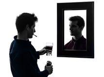 在他的镜子剪影前面的人 库存图片