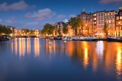 繁星之夜,平静的运河场面,阿姆斯特丹,荷兰 免版税库存照片