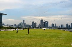 新加坡地平线、小游艇船坞海湾沙子和庭院由海湾 免版税库存图片