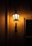Старый свет уличного фонаря в Таллине, Эстонии Стоковая Фотография