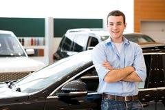 Человек стоя около автомобиля Стоковые Изображения