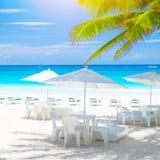 在海岸的舒适咖啡馆 免版税库存照片