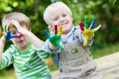 使用与手指油漆的愉快的孩子 免版税库存图片
