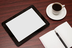 空的片剂和一杯咖啡在办公室 免版税图库摄影