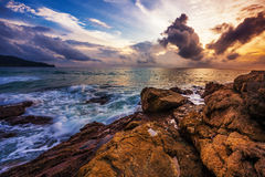 在日落的热带海滩。 免版税库存图片