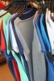 Μπλούζες στην κρεμάστρα στο κατάστημα ενδυμάτων Στοκ Εικόνες