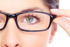 Όμορφη νέα γυναίκα που φορά το πορτρέτο γυαλιών. Στοκ εικόνα με δικαίωμα ελεύθερης χρήσης