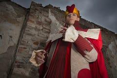 作为国王打扮的年轻人 免版税库存照片