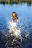 Молодая женщина в белом платье Стоковые Изображения