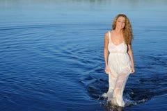白色礼服的少妇 免版税库存图片
