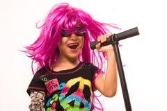 美好摇滚明星女孩唱歌 免版税库存照片