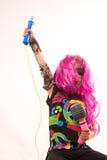 美好摇滚明星女孩唱歌 库存图片