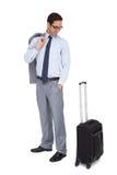 看他的手提箱的微笑的商人 图库摄影