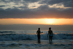 日落游泳 库存图片