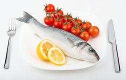 鱼用柠檬和蕃茄 免版税库存照片