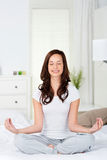 Йога на кровати Стоковая Фотография
