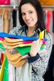 与信用卡的微笑的女孩购物 库存照片