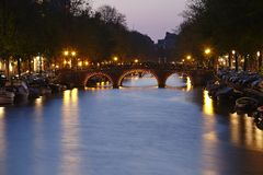 Амстердам, Нидерланды - канал в вечере Стоковое Изображение
