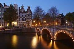 Амстердам, Нидерланды - дома на канале в голубом часе Стоковая Фотография RF