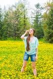 女孩(妇女)在夏天公园 免版税库存照片