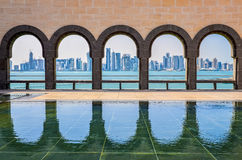 多哈地平线通过伊斯兰教的艺术博物馆的曲拱, 免版税库存图片