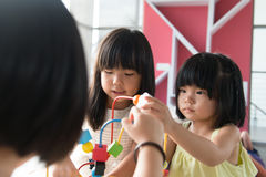 演奏玩具的孩子 免版税库存照片
