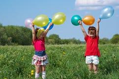 有室外的气球的孩子 库存照片