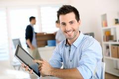 商人的容易的工作与新技术 免版税库存照片