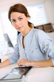 Πορτρέτο της εργασίας νέων κοριτσιών με την ψηφιακή ταμπλέτα Στοκ Εικόνες
