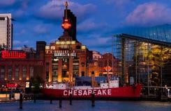 巴尔的摩水族馆、发电厂和切塞皮克犬灯塔船在微明期间,在内在港口在巴尔的摩,马里兰 库存图片