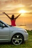 看夏天日落的汽车旅客 免版税库存照片