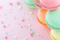 在粉红彩笔背景的蛋白杏仁饼干 免版税库存图片