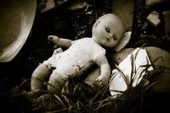 在废品旧货栈忘记的玩偶 库存照片