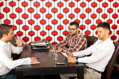 Ανώτεροι υπάλληλοι που διοργανώνουν τη συνεδρίαση Στοκ εικόνα με δικαίωμα ελεύθερης χρήσης